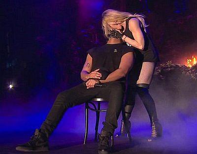 Η Μαντόνα φίλησε τραγουδιστή στη σκηνή και εκείνος σκουπίστηκε αηδιασμένος